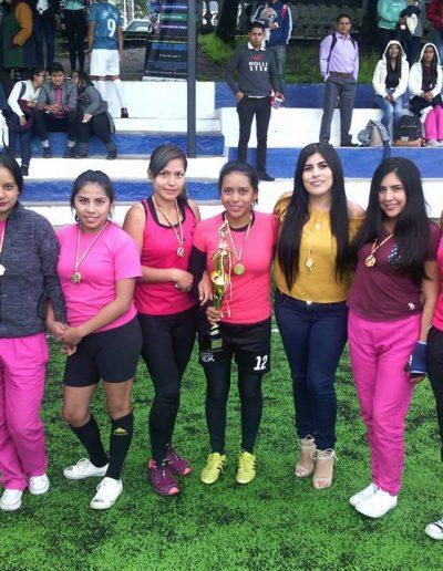 Equipo de fútbol femenino en campeonato interno