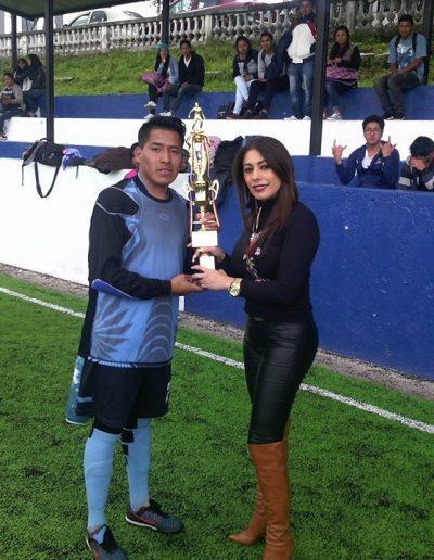 Entrega a trofeo al mejor jugador de deportes en campeonato de deportes