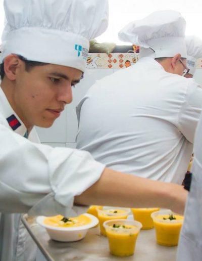 Preparación de postres de la carrera Gastronomía en casa abierta 2019